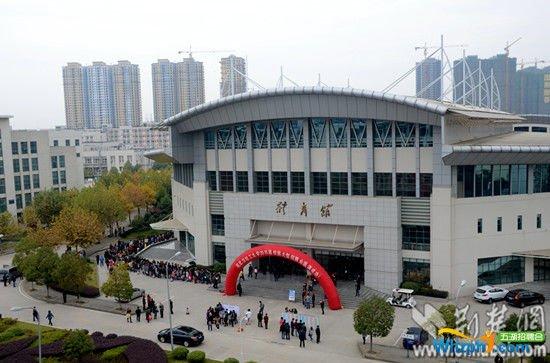 武汉轻工大学招聘会 工科女是香饽饽 组图
