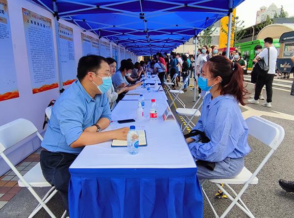 上海高校毕业生线下招聘会举行,50家国企带来千余个岗位